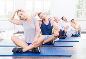 Sportgruppe bei der Dehnung des Nackens