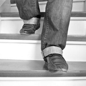 Mann geht eine Treppe runter