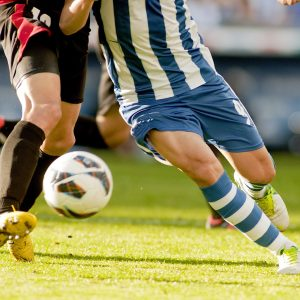 Zwei Fußballspieler am Ball
