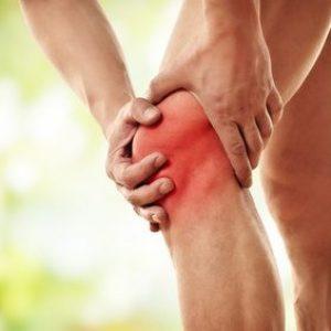 Mann hält sich schmerzendes Knie