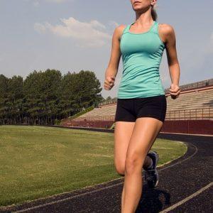 Läuferin auf Sportplatz