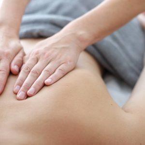 Nahaufnahme einer Rückenmassage