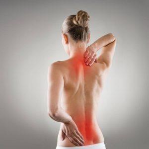 Frau mit Nacken- und Rückenschmerzen