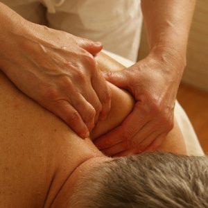 Nackenmassage bei einem Mann