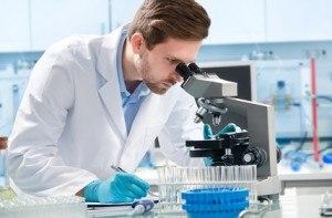 Forscher sieht in sein Mikroskop