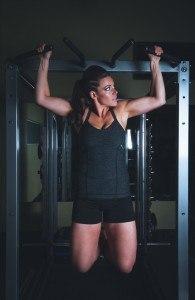 Der Klimmzug ist eine der klassischten Trainingsmöglichkeiten, auch für Frauen.