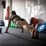 Plank oder Liegestützen sind eine gute Vorbereitung für die Klimmzüge.