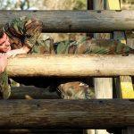 Soldaten bei der Bundeswehr halten sich unter anderem mit Klimmzügen fit.