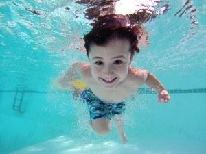 Kinder haben im Wasser meistens viel Freude.