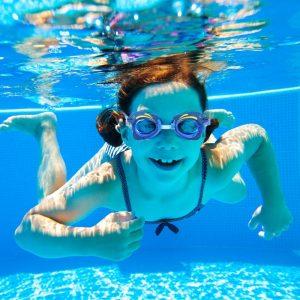 Kinder sollten gerade im Chlorwasser immer eine Schwimmbrille tragen, um die Augen zu schützen.