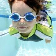 Premium_Kinder_Schwimmbrille_Swim_Talent_von_Sportastisch-kind-unter-wasser