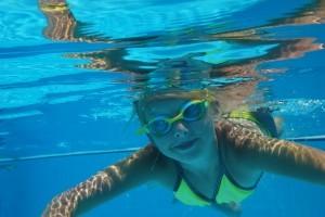 Die Schwimmbrille schützt Ihre Augen vor Verletzung und Verschmutzung.