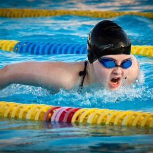 Bauen Sie in Ihren Trainingsplan fürs Schwimmen eine regelmäßige Steigerung ein.