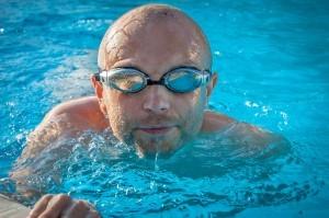 Die Schwimmbrille schützt die Augen vor Verschmutzung und Reizung.