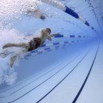 Für das Schwimmabzeichen sollte man im Vorfeld trainieren.