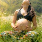 Erfahren Sie in diesem Ratgeber, was Sie in der Schwangerschaft beim Yoga beachten sollten.