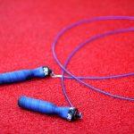 Seilspringen ist für Kinder genauso geeignet und beliebt wie für Erwachsene.