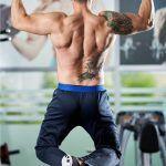 Bei den Klimmzügen werden viele verschiedene Muskelgruppen trainiert.