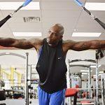 Trainieren Sie Ihre Bauchmuskeln am Seilzug.