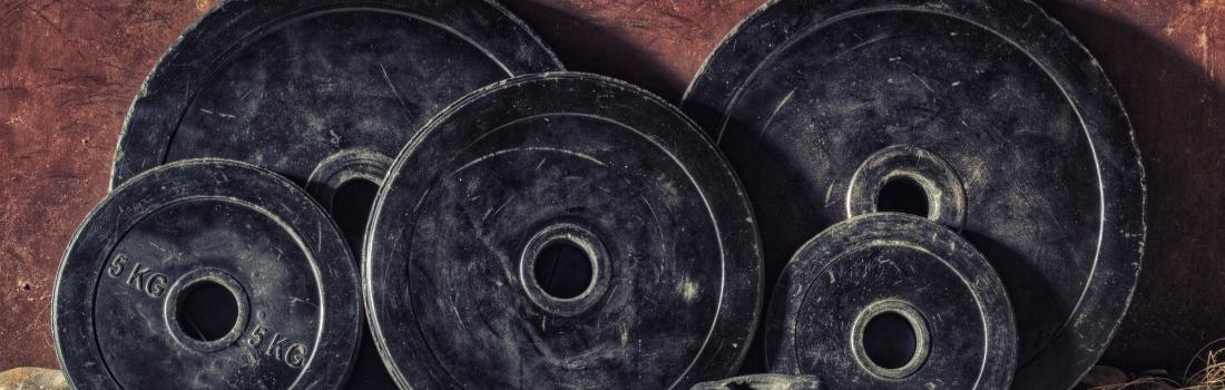 Klimmzüge mit Dipgürtel oder Gewichten – der richtige Weg?
